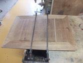 引き戸の前面に割れがあるため埋め木をして修理します。