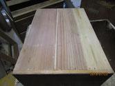 引出の底板の割れに埋め木をして修理します。