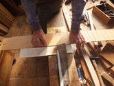 台輪の薄板西田黒檀にのこぎりを入れて腰抜き作業をしています。