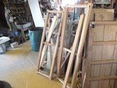 分解したパーツを木地を出し水を塗り木を膨らまします。