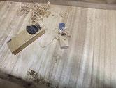 昨日修理した割れの埋め木の出っ張りをカンナを使い平らにしています。