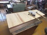 引出底板が不規則に割れています。埋め木をし易いように割れを整えます。