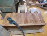 裏板の割れに埋め木をして修理します。サンダーにて汚れ落としです。