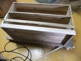 土台に虫が入りボソボソでした。交換した新しい桐と取り外したボソボソの桐材です。