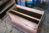 桐箪笥上置きの裏板のベニヤを剥がし新しく作る桐板を貼ります。