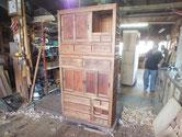 帳場箪笥を組み立てオイル塗装も終え金物を打てば完成となります。