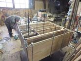時代箪笥の胴縁、棚板に新しい板を作り貼り付けています。