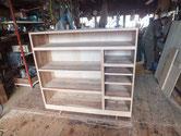 時代箪笥の胴縁、棚板の接地面を作り新しい板を貼り出張などを取りあらまし完成です。