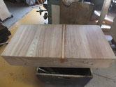 引出底板の割れに埋め木をして割れ修理をします。
