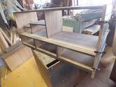 小側板の割れに糊を入れ接合し、裏板は剥がして作り変えます。