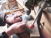 他外した金物を磨き、錆などを落とし色の塗れる状態にします。