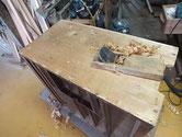 時代箪笥の本体表面の塗膜を取り鉋をかけ表面を整えています。