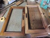 戸枠にも粘り付いた塗料がいっぱいで鉋で取ります。
