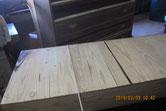 桐箪笥の引出底板の割れ修理に木を埋めて直します。