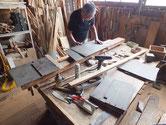 剥がした棚板、天板、裏板を接合していたに仕直す修理です。