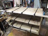 天板、棚板、側板すべての糊が切れ剥がれた状態です。乾燥後側板の割れ、下台の虫食いヶ所の桐取り換え作業をします。