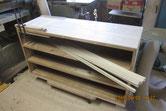 裏板、天板が貼れ胴縁、棚板に新しい桐板を貼る準備が出来ました。