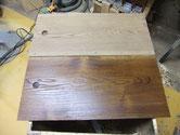 この戸板は栗の木で出来ています。上下で比べて見ました。柿渋を塗った物と木地の物です。