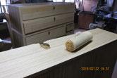 木地調整した面にカルカヤをかけ柾目を立てました。