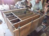 江南市より修理依頼の時代箪笥の胴縁、棚板の接地面を作り無新しい板を貼っています。