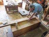 裏板は長い年月の間に乾燥し割れるため埋め木をして割れ修理します。
