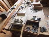 桐箪笥3本、時代箪笥1本の金物を叩き伸ばし錆落としをして磨きます。