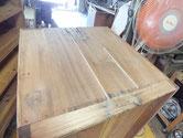 桐たんすの側板が全部剥ぎ口で割れている為、埋め木修理をしました。