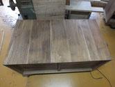 桐タンス本体の裏板の割れが多く一つ一つ埋め木修理をしていきました。