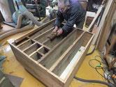 東京都より修理依頼の時代箪笥の胴縁、棚板の鉋がけです。