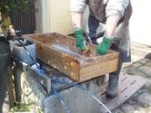 富士吉田市より修理依頼の桐たんすの引出洗いです。