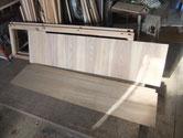 この水屋戸棚はご依頼主が色々と直してあり大変です。棚板のベニヤ板を板に作り変えました。