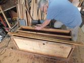 桐タンスの本体の胴縁、棚板の面を鉋がけして接地面を作りました。