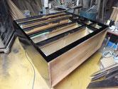 関市より修理依頼の時代箪笥の本体にカシュー漆を塗り乾燥を待ちます。