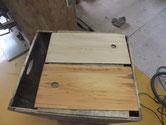 木地調整を終えた引出戸枠と戸板を柿渋を塗り下地を作りました。