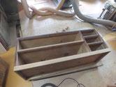胴縁、棚板の汚れをサンダーにて取り生地を出します。