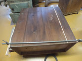 一間箪笥の右下たんすの裏板の埋め木と欠け修理です。