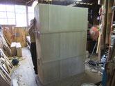 棚板が薄く木クギを打つのが大変でした。前回の修理人の仕事が悪く全交換に成りました。