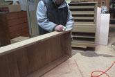 引出や戸板、開き戸の前面部をロウ磨きをしています。