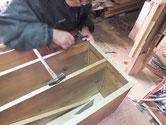 桐たんすの棚板を貼る為、接合部分を鑿にて掘り棚板を埋め込みます。
