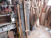 水屋戸棚の天板、裏板、棚板の釘を抜き剥がし割れをつなぎます。