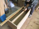 本体胴縁に新しい桐を貼る為に縁と棚板面を削り付けしています。