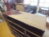 時代箪笥本体に塗ってある塗料をサンダーで落とし木地を出します。