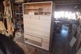 引き出し全面に新しい柾板を貼り本体に仕舞い込み木地が出来上がりました。