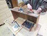 牛久市より修理依頼の時代箪笥の取っ手金物外しです。