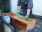 多治見市より修理依頼の桐たんすの引出洗いです。内部の汚れが強く洗いが大変です。