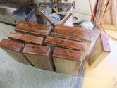 豊田市より修理依頼の和ダンスの盆引き、小引の砥の粉ヤシャ仕上げをしました。明日ロウ仕上げです。