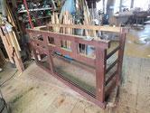 水屋戸棚の裏板、棚板、側板、底板を剥がし骨組みとなりました。