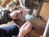 時代箪笥の修理作業が進んでいます。金物の錆取りをして色塗りの準備が必要です。