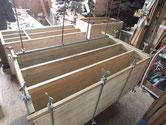 桐たんすの胴縁、棚板をカンナで削り付け接地面を作り新桐を貼り付けます。