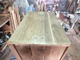 桐箪笥の側板に割れがあるため埋め木にて修理します。